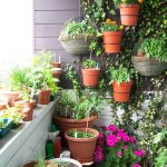 Balcony-garden-that-makes-use-of-the-vertical-space